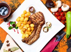 """Cotlet de porc Magnum """"La Conac"""" cu cartofi înăbușiți în usturoi"""