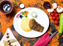 Crap prăjit cu mămăliguță și mujdei usturoi