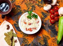 Salată de roșii cu brânză rasă