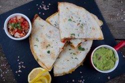 Quesadilla cu vita, sos guacamole si salsa pico di gallo image
