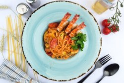 Spaghete cu creveti, legume si sos rosu