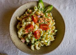 Salată de macaroane cu verdețuri image