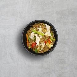Noodles cu carne de pui și legume image