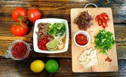 Supă asiatică de vită cu tăiței de orez  image