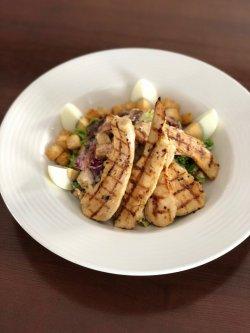 Salată Caesar cu piept de pui și anchois / Caesar salad with anchovies and chicken breast image