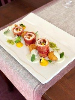 Rulou de pui în crustă de jambon și sos, fine chesse image