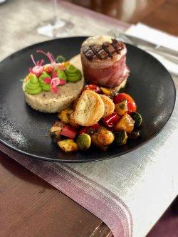Mușchi de vită Angus în crustă de jambon servit cu orez cu arome de trufe black & white, mix de legume și mini brie pane image