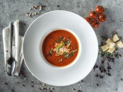 Zuppa crema di pomodori freschi con formaggio feta