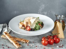 Insalata Caesar con pollo, salsa, crostini e parmigiano image