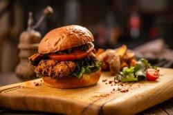 Crispy Chicken Burger cu cartofi dulci și sos cheddar image