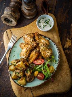 Meniu Aripi de pui cu parmezan ,cartofi trași la tigaie , salată și sos de usturoi image