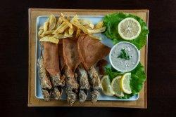 Platou cu pește barbun și cartofi prăjiți image