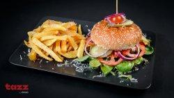 Cheeseburger de vită cu garnitură de cartofi prăjiți image