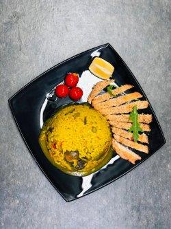Orez cu legume și piept de pui în crustă de parmezan și susan image