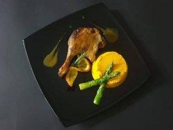 Pulpă de rață cu sos de portocală, piure de morcovi și sparanghel sote image