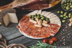 Jamon serrano, caș și măsline image