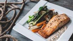 Somon cu legume și sos de piper tricolor image
