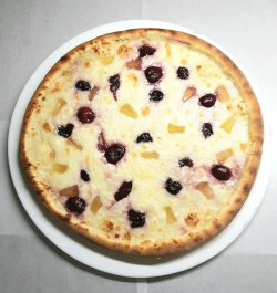 Pizza cu crema de branza, ananas si visine image