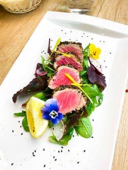 Ton roșu în crustă de semințe pe pat de mix salată image