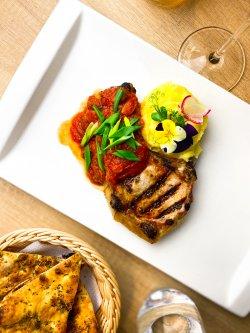 Cotlet de porc cu sos roșu picant și piure image