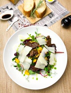 Salată cu mușchi de vită caramelizată, cremă balsamică image