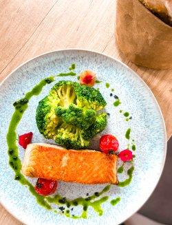 Somon la grătar cu broccoli sote image