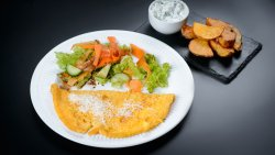 Omletă cu parmezan, cartofi wedges, tzatziki si salată asortată image