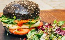Halloumi burger cu salata mixtă