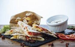 Quesadillia cu piept de pui și cartofi wedges image