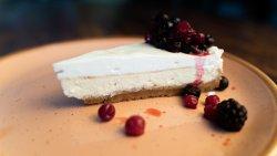 Cheesecake cu sos de fructe de pădure