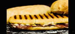 Sandwich Toast cu salam picant