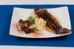 Platou caracatiță și tentacule de calamar gigant cu sos iaurt, lămâie  image