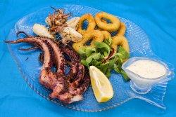 Platou trio calamar (pentru 2 persoane) cu sos de iaurt și lămâie image