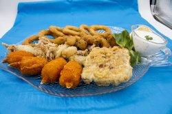 Platou peste și fructe de mare pane (pentru 2 persoane) cu sos de iaurt și lămâie  image
