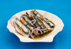 Sărdeluță marinată salată + 1 chiflă  image