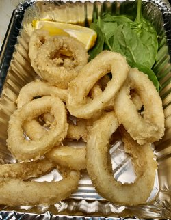 Calamar inele pane cu sos de iaurt și lămâie image