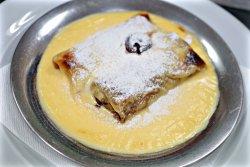 Clătite cu nutella, vișine, nuci și sos de vanilie