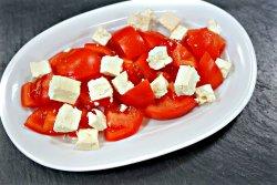 Salată de roșii și cuburi din  telemea image