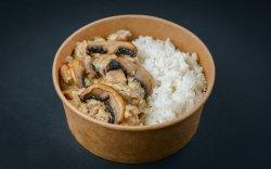 Pui cu orez și sos alb cu ciuperci image