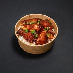 Aripioare de pui cu orez și sos barbecue image