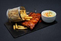Coaste de porc cu cartofi prăjiți și salată coleslaw image