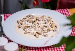 Ciuperci în sos alb cu nucșoară