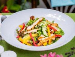 Salată cu pui la grătar