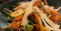 Salată cu creveți și avocado image
