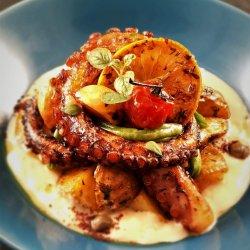 Caracatiță fragedă și aromată cu legume coapte, sos de humus cu usturoi și sumac, fasole verde crunchy, capere și lămâie caramelizată image