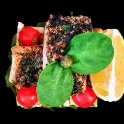 File de somon în crustă de verdețuri cu salată fresh de zucchini image