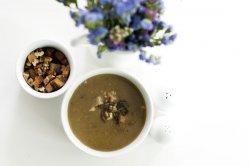 Supă cremă de ciuperci champignons cu cimbru și usturoi, servită cu crutoane din pâine integrală și nuci