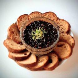 Pate de casă cu chutney din ceapă roșie & prune uscate și pâine integrală făcută de noi . image