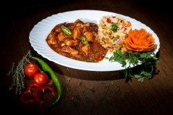 Tigaie de pui picantă cu orez cu legume image