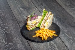 Chicken Club Sandwich cu cartofi prăjiț